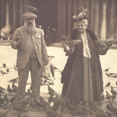 Nous avions des pigeons partout et j'en faisais une légère grimace de peur.  Mais on a pris le moment où ils étaient envolés. Alice Monet, Venise, 6 octobre 1908