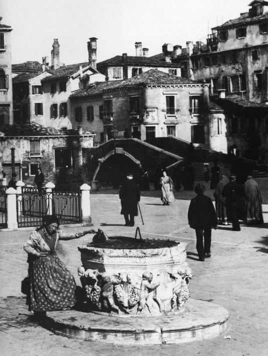 Porteuse d'eau près du puits du campo Santi Giovanni e Paolo - Photo studio Naya, 1890