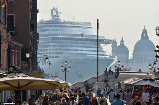 Navio gigante MSC Divina invade a pequena cidade de Veneza e revolta os italianos