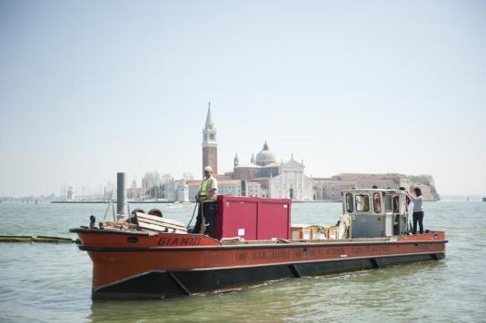 Transport des oeuvres sur la lagune de Venise © Nicolas Krief