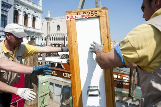 Déchargement des oeuves à Venise © Nicolas Krief – à Fondazione Musei Civici Venezia.