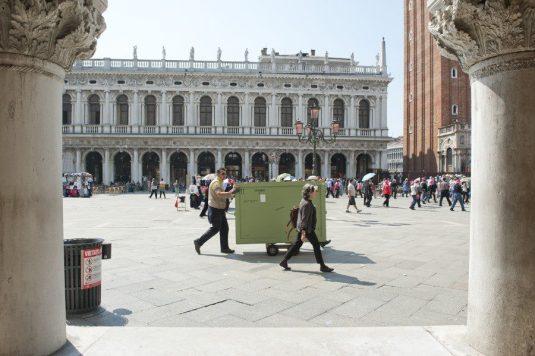 Transport des oeuvres sur la lagune de Venise © Nicolas Krief – à Fondazione Musei Civici Venezia.