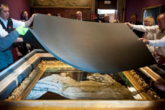 """""""Olympia"""" de Manet en train d'être sortie de sa caisse de transport. © Nicolas Krief – à Fondazione Musei Civici Venezia."""
