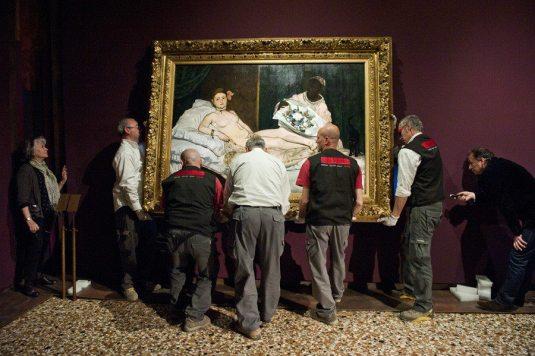 """Accrochage d'""""Olympia"""" de Manet © Nicolas Krief – à Fondazione Musei Civici Venezia."""