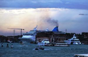 Navire de croisière et sa pollution athmosphérique - photo Luciano Mazzolin