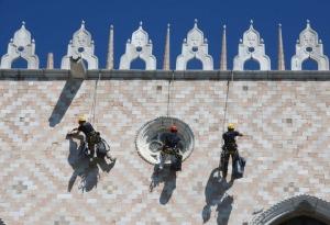 Restaurateurs grimpeurs sur la façade du Palais Ducal