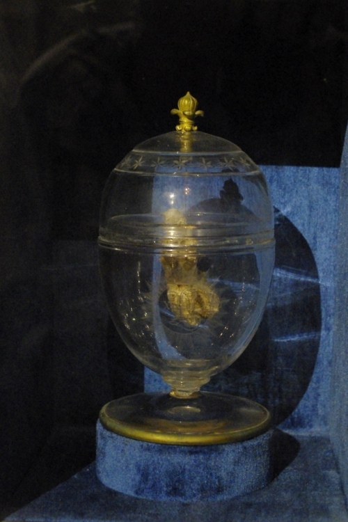 Aujourd'hui, l'urne funéraire contenant le coeur de Louis XVII est dans la chapelle des Bourbon.