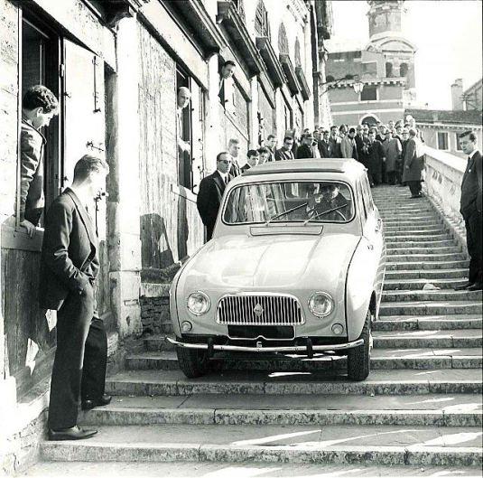 Une Renault 4L à l'assaut de Venise