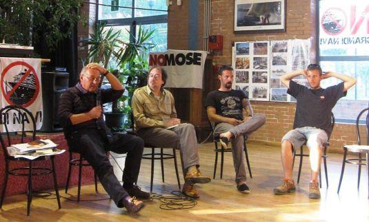 "Venezia, Campi Sportivi de Sacca Fisola. 7 juin 2013. Présentation de ""Il gondoliere cinese"". De gauche à droite : l'auteur Lucio Angelini, Flavio Cogo et Tommaso Cacciari du Comité No Grandi Navi."