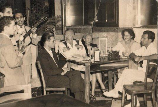 A Cuba, de gauche à droite : le comte Luigino Revedin, Ernest et mary Hemingway, Adriana Ivancich et son frère, le comte Gianfranco