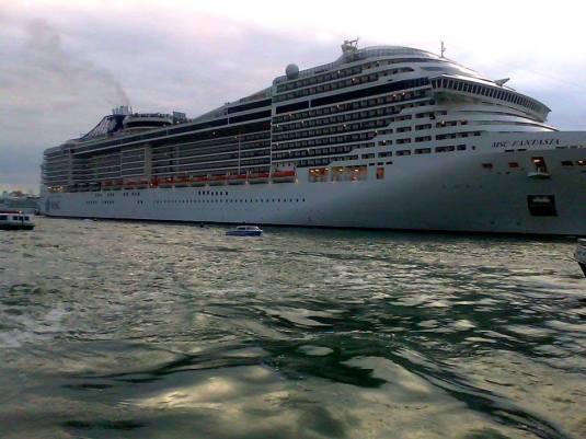 Départ du MSC Fantasia de Venise avec plus de trois heures de retard