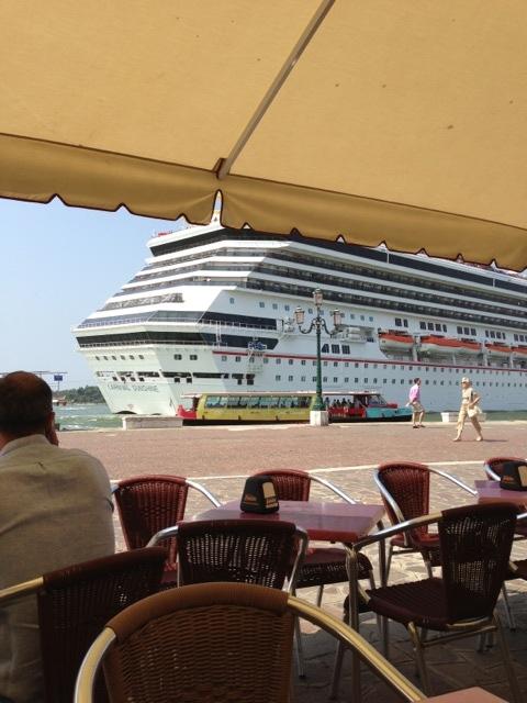 Una nave da crociera, la Carnival Sunshine, ha 'sfiorato' riva Sette Mari, uno dei moli lungo il Canal Grande, in prossimità di Piazza San Marco a Venezia.