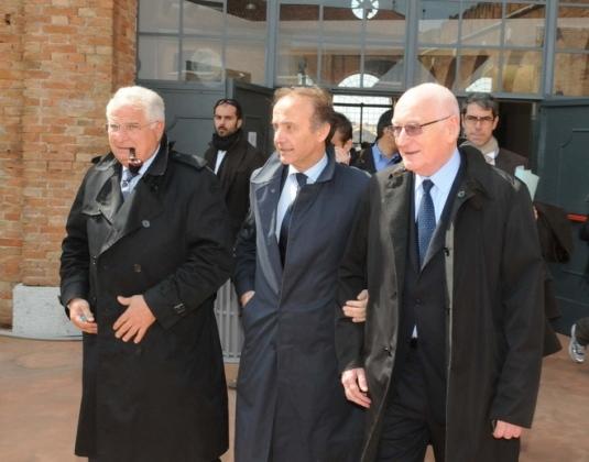 Ronchi, alors ministre, en visite à l'Arsenale, accompagné à droite de Giovanni Mazzacurati