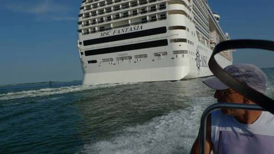 Le MSC Fantasia navigant dans le canale dei petroli le mardi 23 juillet 2013