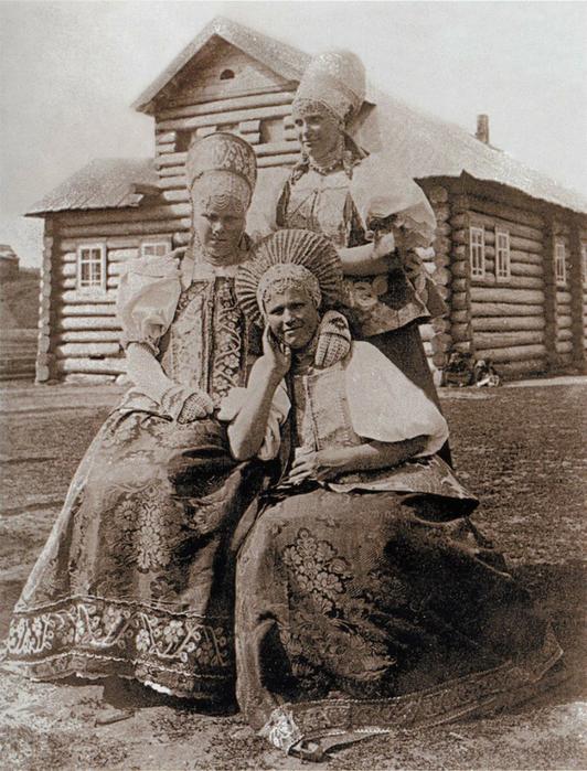 Photo ancienne, femmes en habits de fête