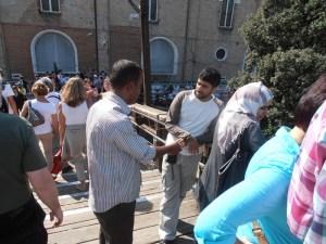 Vendeurs abusifs sur le pont du Rialto