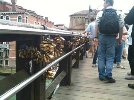 Cadenas de l'amour polluant le pont de l'Accademia à Venise