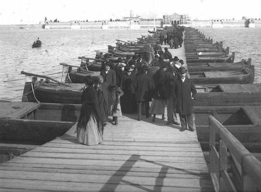 Le pont de barque du jour des défunts à Venise