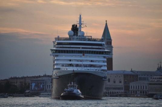 Le Queen Victoria, monstrueux dans le bassin de San Marco