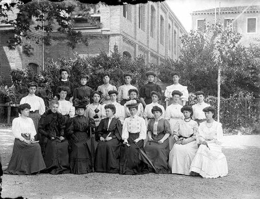 Maria Pezzè Pascolato dans une photo de groupe au Vendramin Corner. C'est la troisième à gauche au premier rang