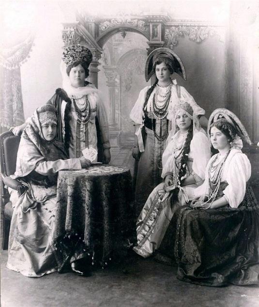 Femmes en costumes populaire russe