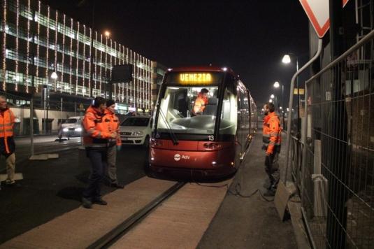 Le tram arrive à Venise piazzale Roma