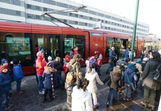 Les anfants de Venise à la découverte du nouveau tram