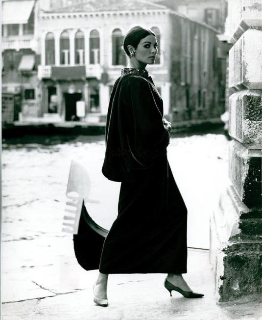 Jole Veneziani, abito femminile, Venezia 1964-1965 Robe de velours noir, photo prise à l'extérieur du Palazzo Grassi, Venise 1964-1965 (Fondation Bano di Padova, Archives Jole Veneziani)