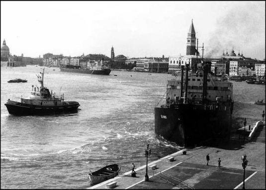 1973 le Bulk Mariner arrache une partie de la Riva dei Schiavoni