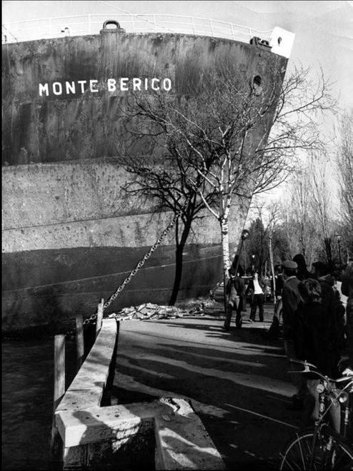 23 décembre 1976, le Monte Berico s'encastre dans le quai de la riva de San Nicolò di Lido