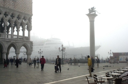 Le 12 mai 2004, par un épais brouillard, le paquebot Mona Lisa s'échoue devant le palais des doges avec 750 passagers à bord