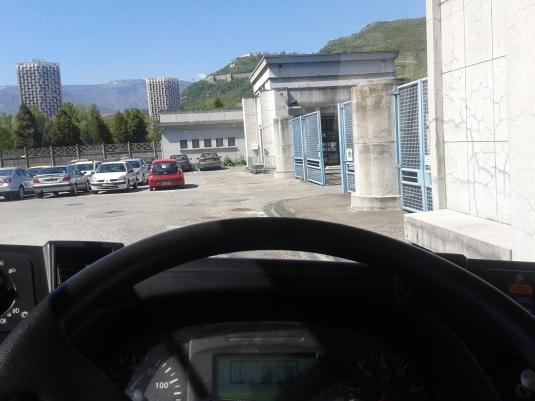 L'entrée du cimetière de Grenoble vue depuis mon volant