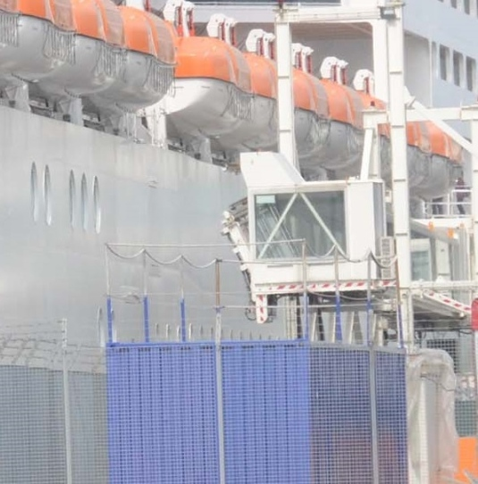 Accident dans le port de Venise !  Le MSC Precioza, le premier paquebot à entrer dans le bassin de San Marco depuis sa réouverture a arraché une passerelle de débarquement dans le port de Venise