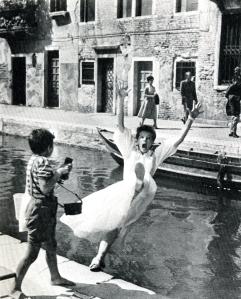 Jane Hudson interprétée par Katharine Hepburn tombe dans le canal San Barnaba