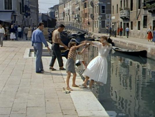 Jane Hudson interprétée par Katharine Hepburn tombe dans le canal