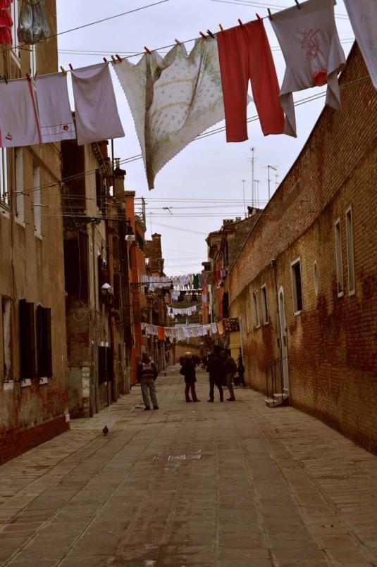 Journée de grande lessive dans une calle de Castello (Venise)