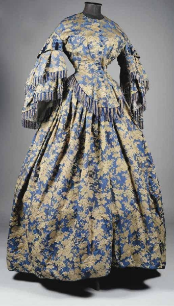 Somptueuse robe en soie façonnée