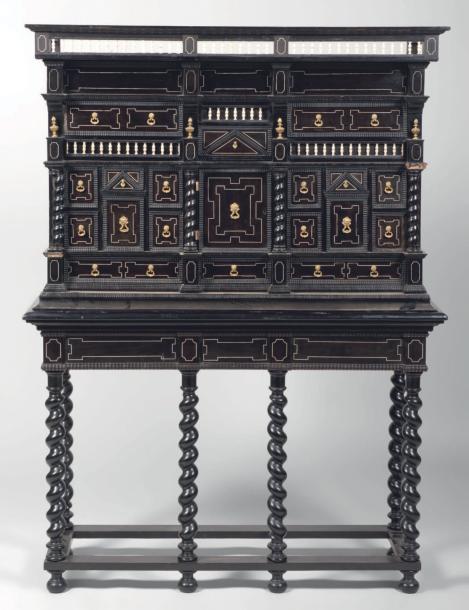 Cabinet en bois noirci du XVIème