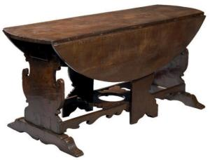 Grande table en noyer, rabatable, du XVIème