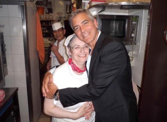 Clooney embrasse Giorgina, la cuisinière du restaurant Da Ivo