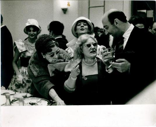 Jole Veneziani entre Vera Lodomez Rossi et Beppe Modenese photographiée par Ugo Mulas, dans les années 50-60 (Fondazione Bano di Padova, Archives Jole Veneziani)