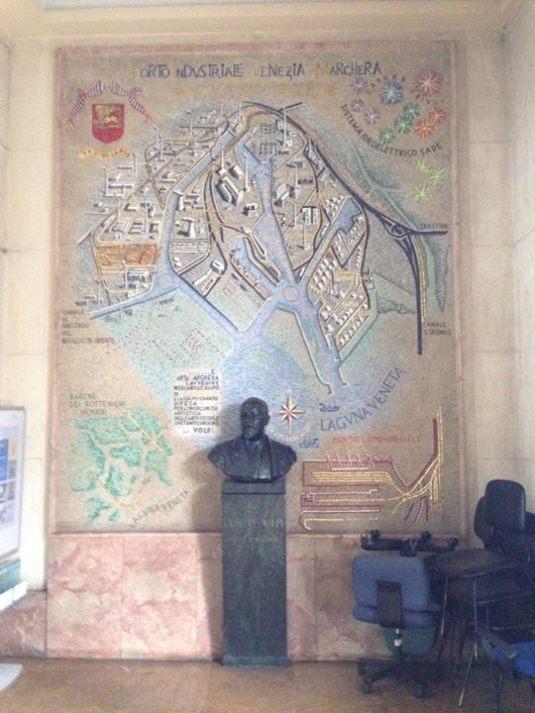 Buste du comte dans la centrale électrique de Marghera