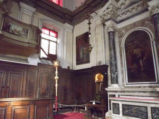 Chiesa di San Lio : l'autel du Titien à droite, et l'orgue sur la gauche de la fenêtre