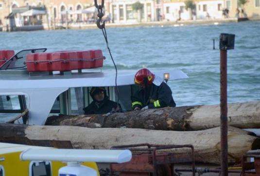 Incidente vaporetto:'bricola' ha sfondato cabina passeggeri