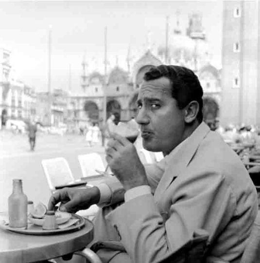 Alberto Sordi sur la piazza en 1959