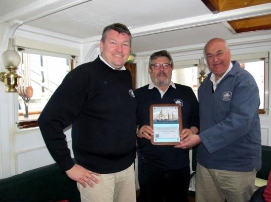 Gianni Missiaja remet une plaque en hommage à l'équipage actuel du Belem de la part de tous les anciens marinaretti