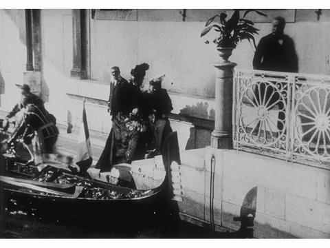 Arrivée en gondole des souverains d'Allemagne et d'Italie au palais royal de Venise