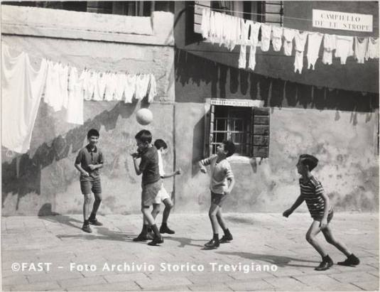 Bambini giocano a palla in Campiello de le Strope, Venezia 1960 ca