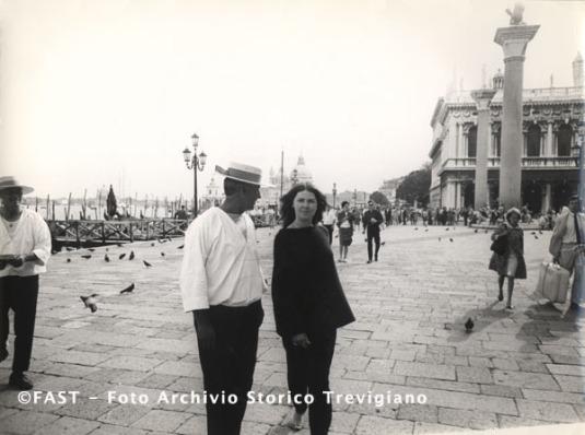 Venezia, passante a piedi scalzi in Piazza San Marco