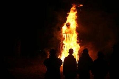 condannata a essere bruciata viva tra le due colonne
